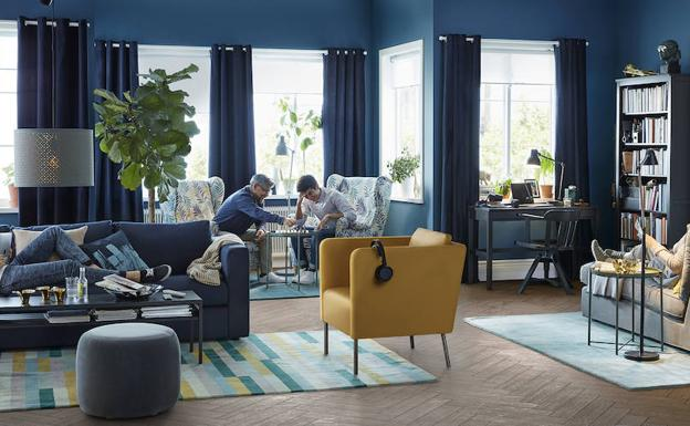 Ikea monta la portada del cat logo 2018 en el centro de for El shopping del mueble catalogo