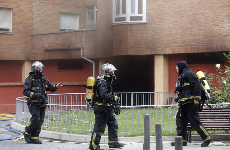 Bomberos trabajando en las labores de extinción del incendio en la calle Doctor Moreno.