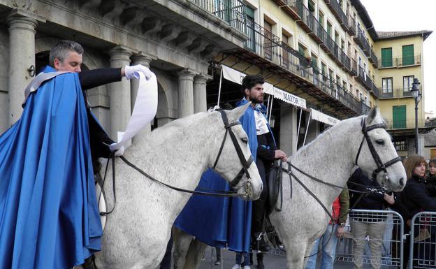 Heraldos a caballo anucian el pregón de la Semana Santa del pasado año. /Miguel Ángel López