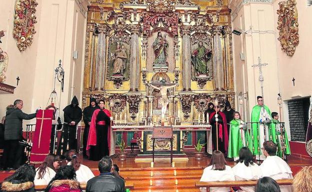 Varios cofrades custodian la imagen del Cristo de la Buena Muerte, ayer, en el interior del convento de San José, de donde no pudo salir la procesión. /A. de Torre