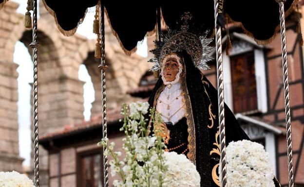 La Dolorosa de Santa Eulalia, este Jueves Santo, a su paso por el Azoguejo. /Efe