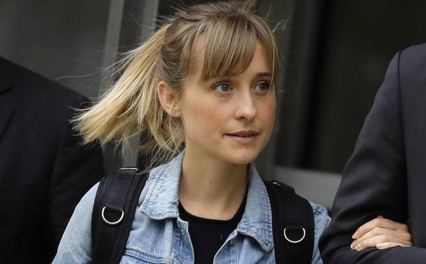 Allison Mack abandona la corte federal del distrito de Brooklyn. /PETER FOLEY (EFE)