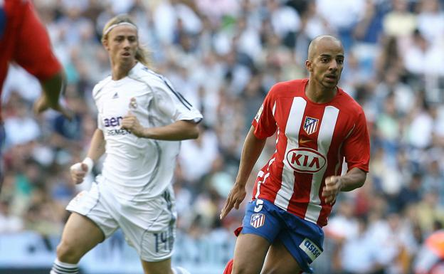 Peter Luccin ante Guti durante un derbi frente al Real Madrid.