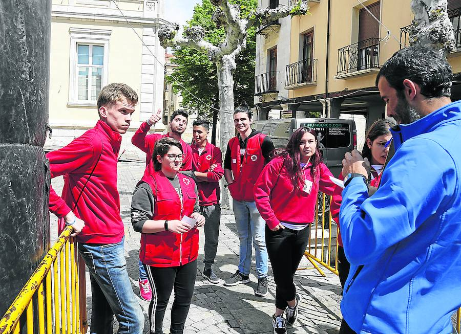 Jóvenes de Cruz Roja en la Plaza Mayor.