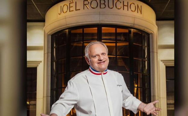 El chef francés, en la entrada de su establecimiento. /