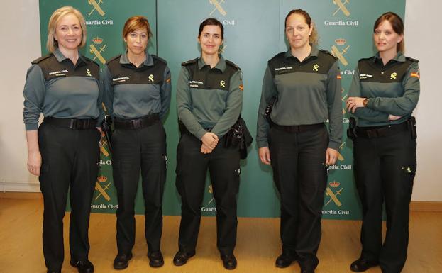 Cinco guardias civiles que prestan servicio en la Comandancia. /Antonio Quintero
