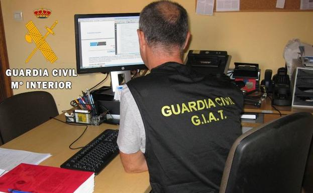 Un guardia civil trabaja en la Comandancia. /El Norte