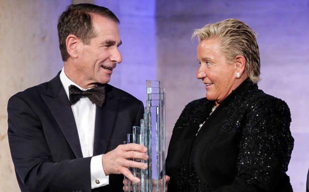 La presidenta ejecutiva del grupo Eulen,recibe el premio de empresaria del año de la Cámara de Comercio España-EEUU de manos del presidente de la Cámara,