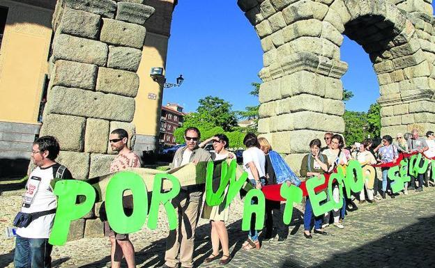 Inicio de la cadena humana formada contra la tecnología 5G, ayer, en Segovia. /A. Tanarro