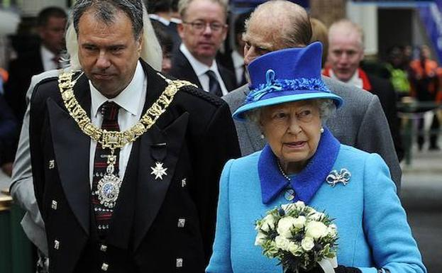 La reina Isabel II camina con Lord Lieutenant y Lord Provost. /Afp