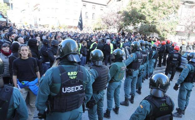 Agentes de la Guardia civil se despliegan en el municipio.