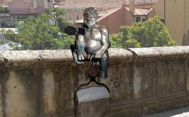 77907290ddb Recreación de la posible ubicación del diablillo diseñado por el escultor  José Antonio Abella.