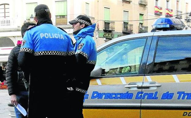Agentes d ela Policía Local en la Plaza Mayor de Segovia.