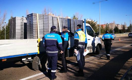 Agentes de la Policía Local muestran a dos compañeros de Avilés cómo inspeccionar la carga de una camioneta. /A. G. E.