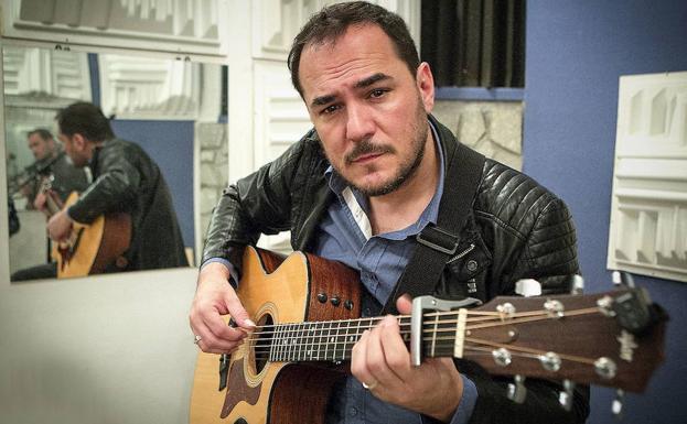 El cantante Ismael Serrano durante una entrevista en su estudio de Madrid./Alberto Ferreras