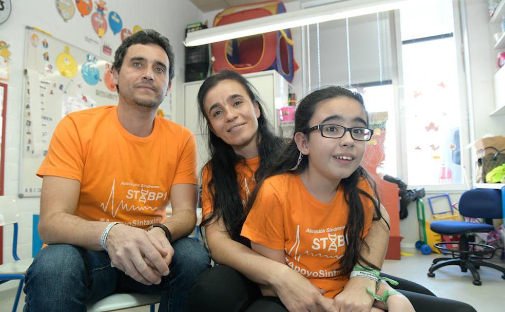 José Manuel Gutiérrez y Olga Cuadrado, con su hija Elsa, en el colegio Francisco Pino. /Rodrigo Jiménez