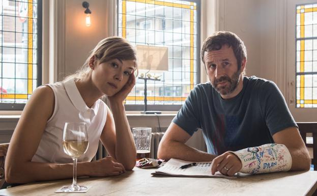 Rosamund Pike y Chris O'Dowd./