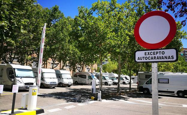 Aspecto del aparcamiento ayer al mediodía, con cerca de una docena de autocaravanas./A.G.E.