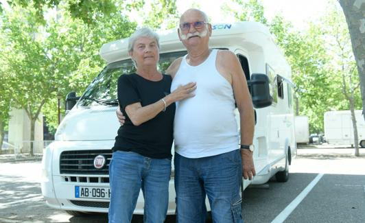 El matrimonio francés, frente a su autocaravana./Rodrigo Jiménez