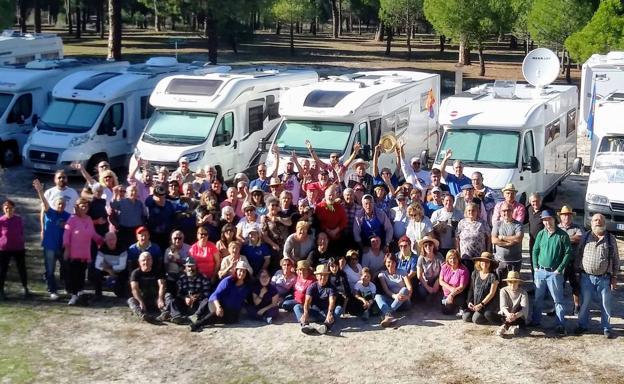 Participantes en la concentración de autocaravanas, en Pedrajas de San Esteban. /C. C.