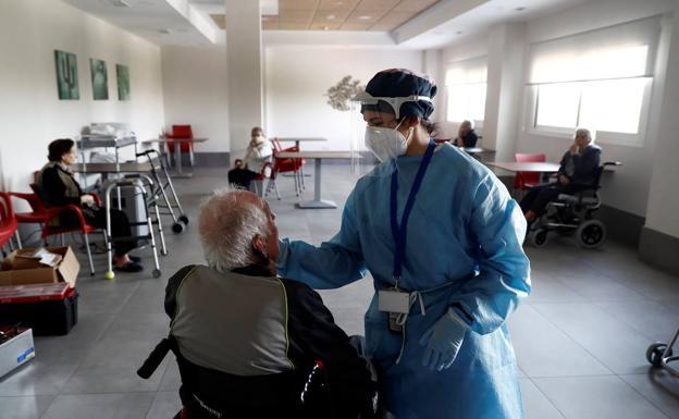 Sanidad prohíbe discriminar en el tratamiento a los mayores de 80 años | El  Norte de Castilla