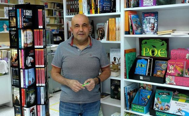Miguel Ángel Hernández, presidente del Gremio de Libreros de Valladolid, en su librería Los Arcos. Ramón Gómez/