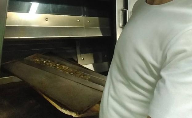 Juan José Cardeñosa, de la panadería La Cruz de Villabrágima, cuece el dinero que recibe de sus clientes en el horno para desinfectarlo.