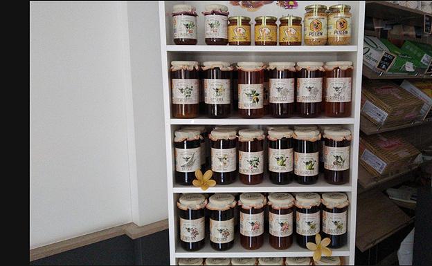 Expositor con alguna de las mieles que comercializa Sabor Nacional Joyra. /S. N. J.