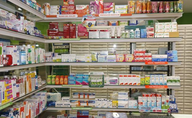 Estantería de medicamentos de una farmacia de Palencia. /A. quintero