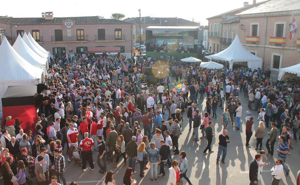 Vecinos y visitantes disfrutan de la Fiesta del Verdejo de La Seca, que se celebra en abril./
