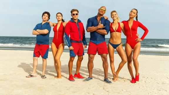 Dwayne Johnson, junto al elenco de 'Baywatch'./