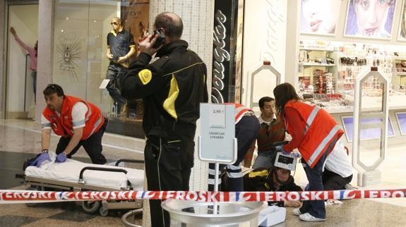 ec3ba1fc29c El guardia de seguridad que recibió un disparo en el glúteo es atendido en  el suelo